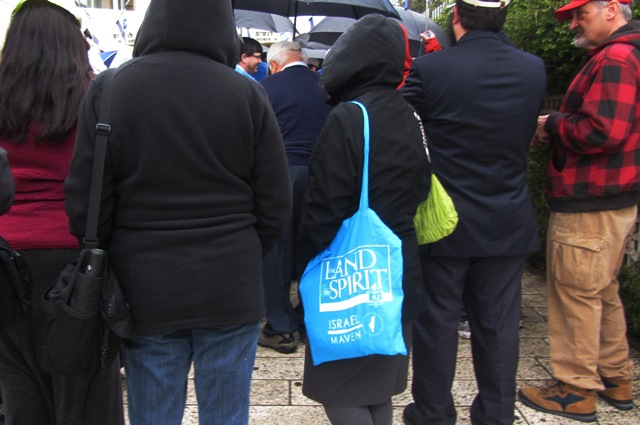 """bag"" , ""tour bag"", ""people in the rain"""