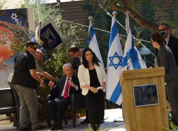 Shimon Peres falling