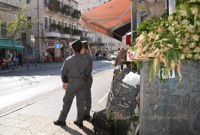 female Israeli soldiers photo