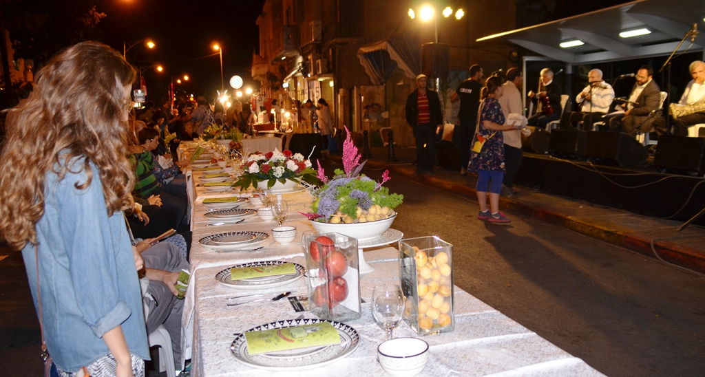 Rosh Hashana table set at EmekRefaim street fair
