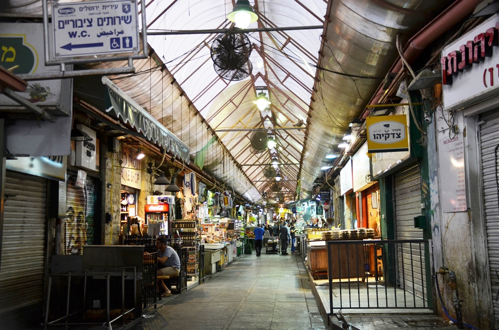 Night is coming at shuk, Machane Yehuda market